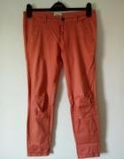 Łososiowe spodnie Bershka...