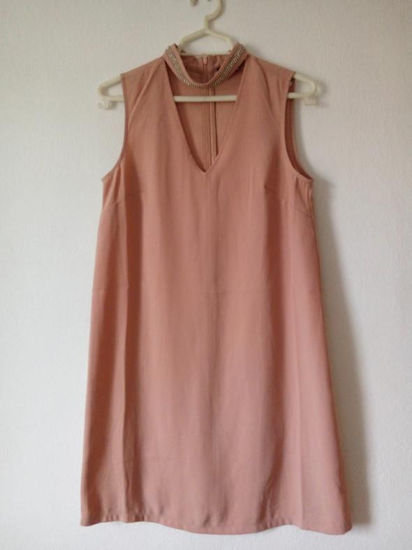 Pudroworóżowa sukienka z diamencikami przy szyi...