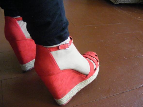 Sandałki czerwone koturn Bershaka