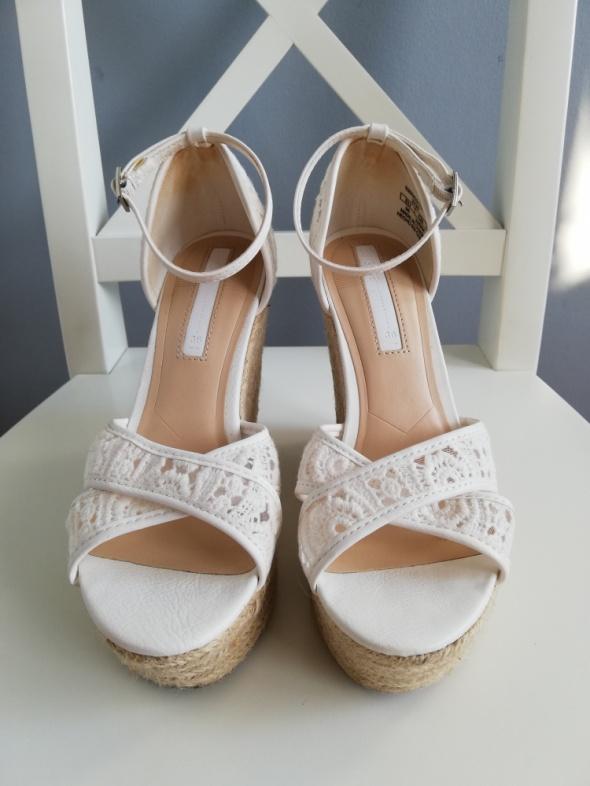 Bershka białe koronkowe sandały koturny espadryle 36