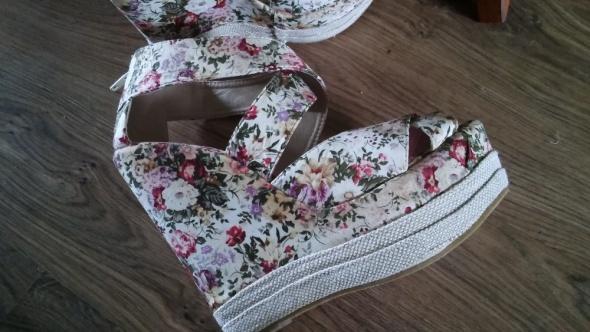 Sandały Truffle sandały w kwiaty na koturnie platforma 39