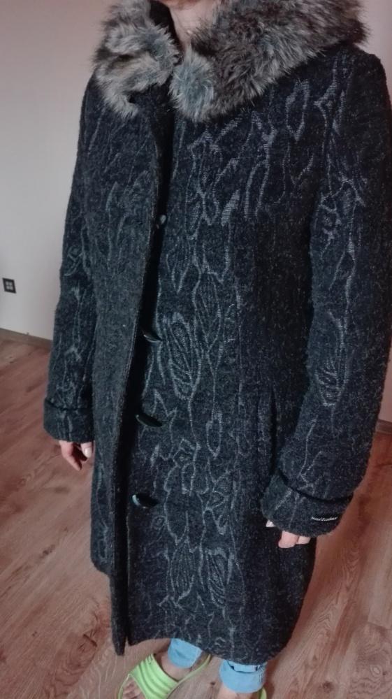 Płaszcz zimowy z kapturem 42