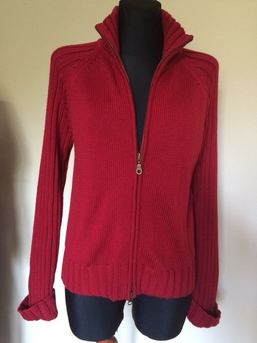 Czerwony sweter zasuwany