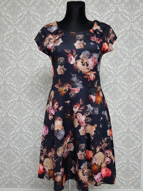 kolorowa sukienka w kwiaty Lindex...