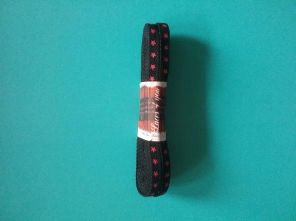 Czarne sznurówki w czerwone gwiazdki do glanów 120