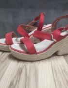 Czerwone buty na koturnie...