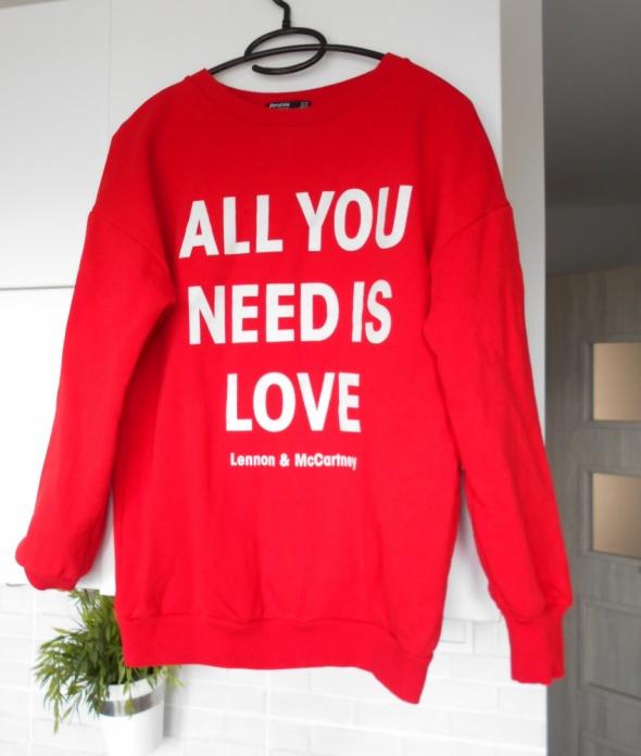 Bluzy Bershka czerwona bluza dresowa all you need is love napis oversize