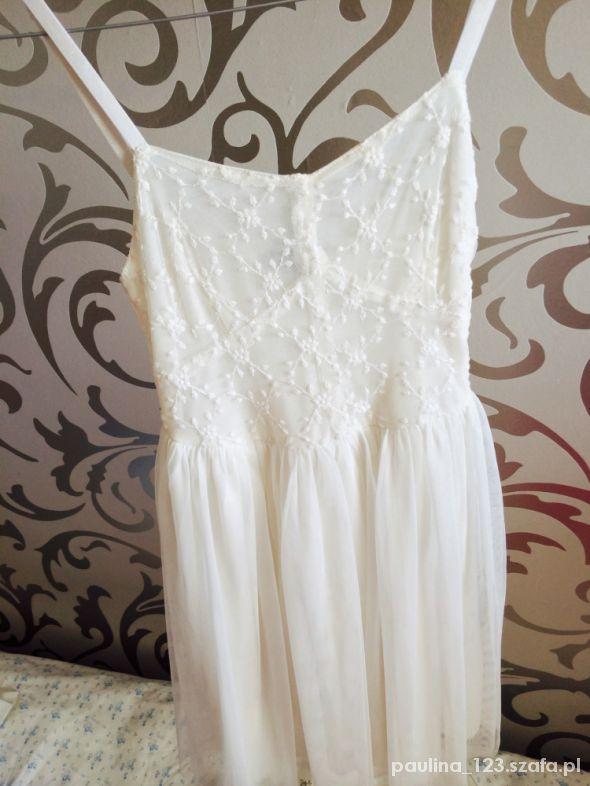 Sukienka ecru z tiulowym dołem