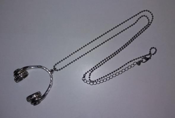 Naszyjnik w kolorze srebrnym z motywem słuchawek