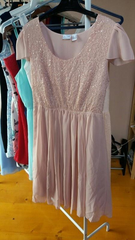 Pudrowa cekinowa sukienka