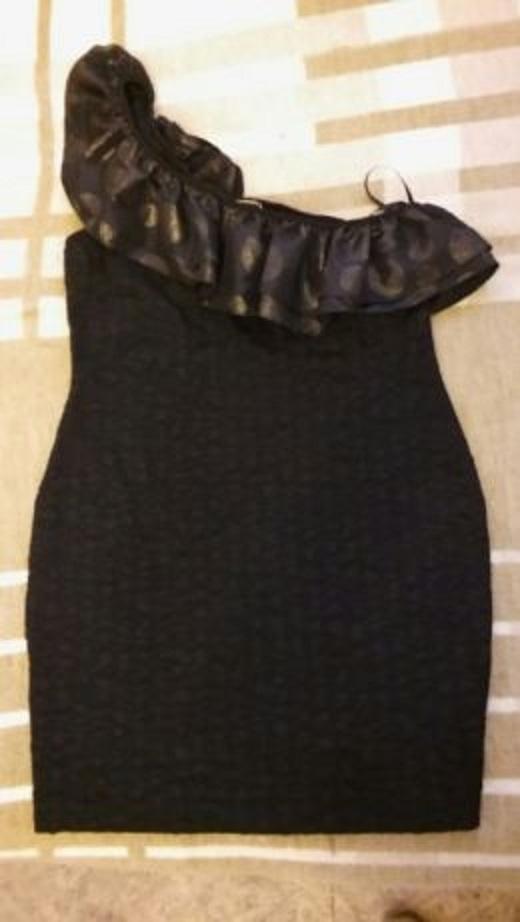 Czarna sukienka z falbana na jedno ramie 40