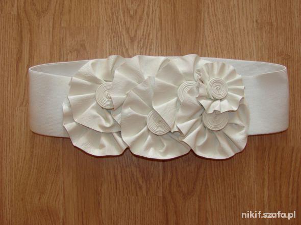 Biały pasek z kwiatami