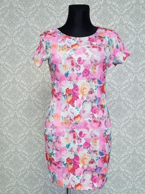 biało rózowa sukienka w kwiaty BooHoo...