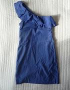 Sukienka na jedno ramię z falbanką Bershka...