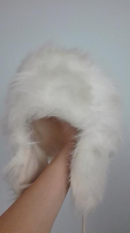 Czapka futrzana włochacz biała z pomponami na zimę
