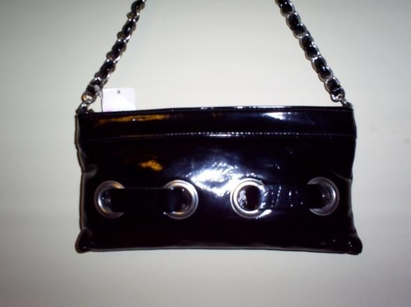 Nowa czarna lakierowana torebka z łańcuszkiem