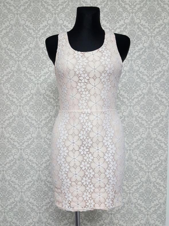 koronkowa sukienka pudrowy róz z białym BooHoo...