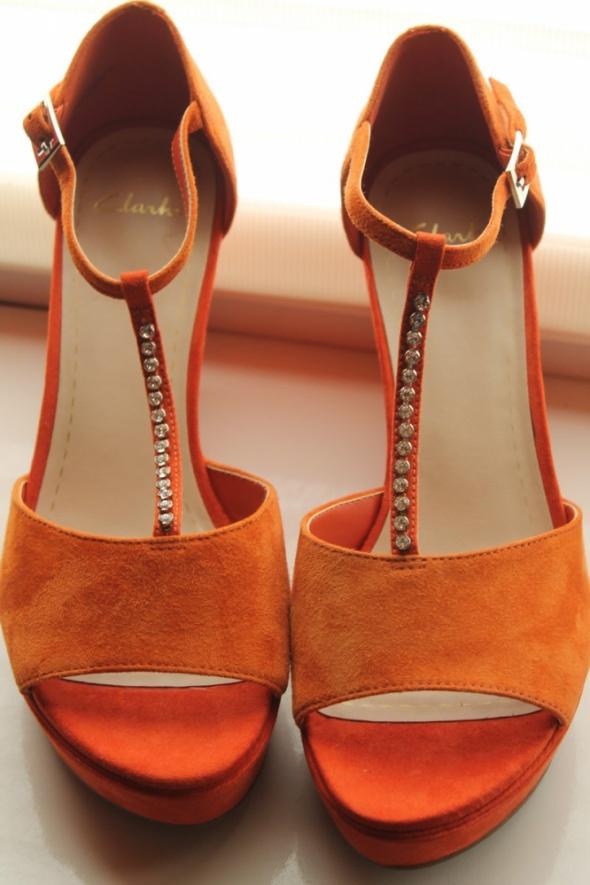 Nowe skórzane czerwono pomarańczowe sandały Clarks na koturnie