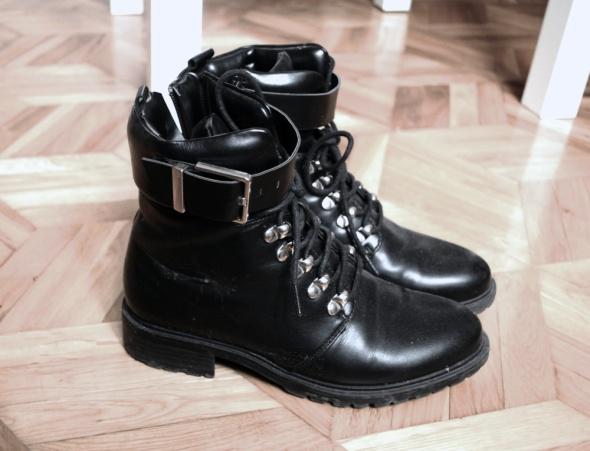 czarne botki damskie military