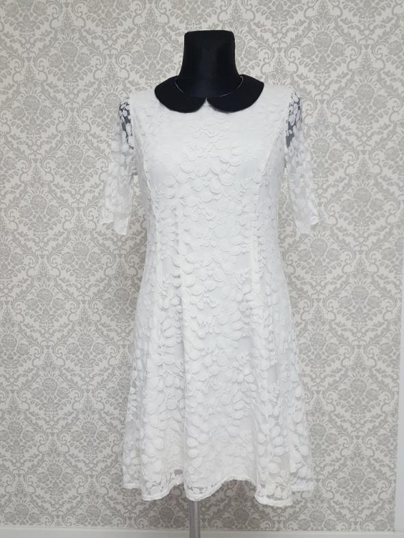 koronkowa biała sukienka z czarnym kołnierzykiem...