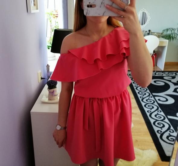 Asymetryczna malinowa sukienka falbanka opadające