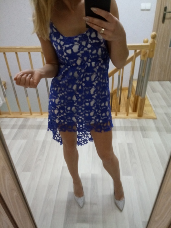 koronkowa sukienka z przedłużonym tyłem