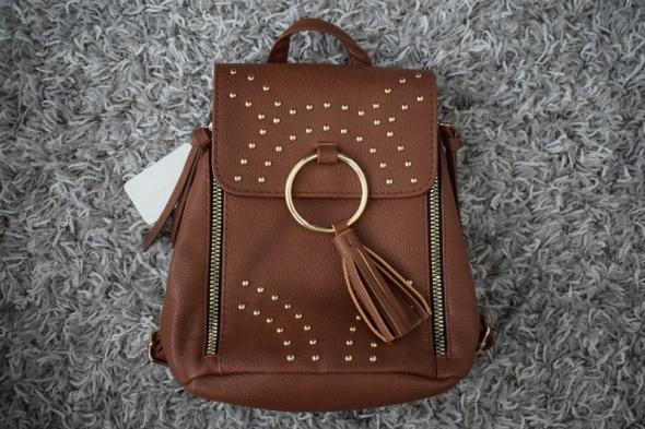 mały brązowy plecak...