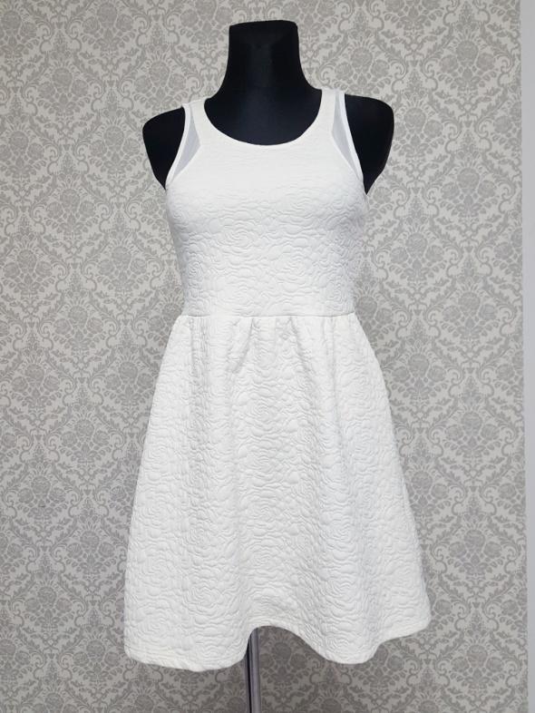 kremowa sukienka z szyfonem Pimkie...
