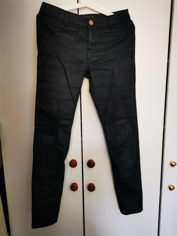 Spodnie Czarne woskowane spodnie Stradivarius