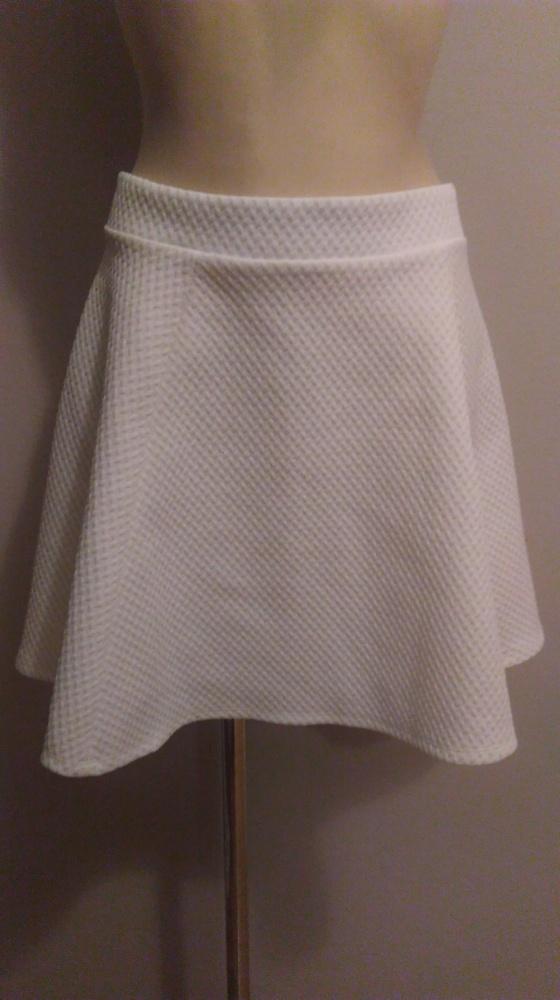 Biała mini spódniczka z zamkiem S H&m rozkloszowana...