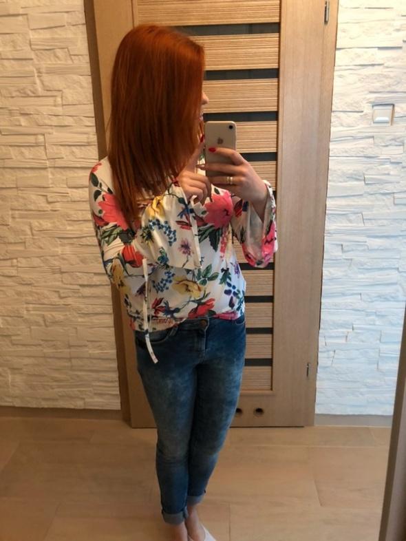 Bluzki Bluzka w kwiaty z szerokimi rękawami