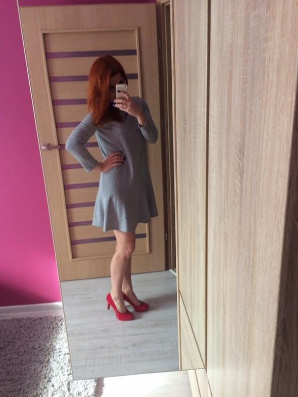 Dresowa sukienka z falbaną Orsay...