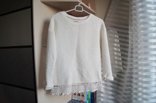 Biały sweterek z koronką House XS...