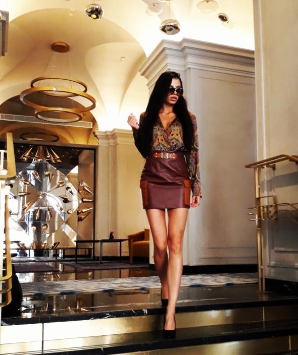 Eleganckie Wzorzysta bluzka kopertówka i skórzana spódnica