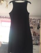 Czarna sukienka zapinana na zamek z boku...