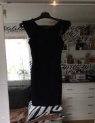 Czarna sukienka z dekoltem na plecach...