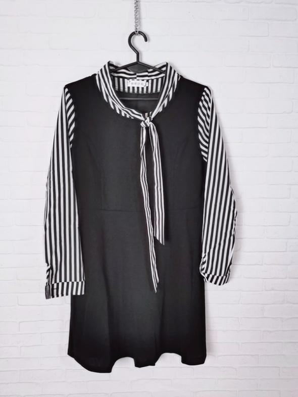Plus Size Czarna lekko rozkloszowana sukienka białe czarne pask...