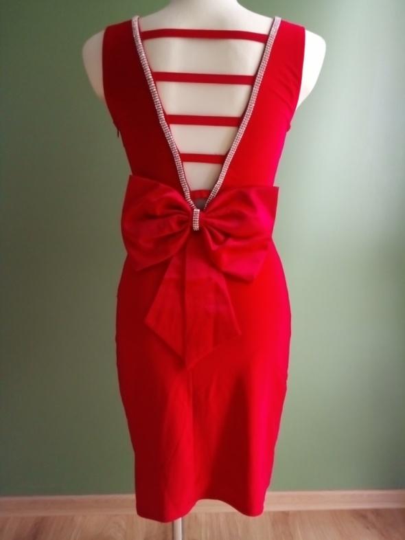 Efektowna czerwona sukienka z odkrytymi plecami i kokardą 36