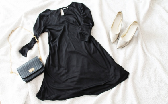 Czarna trapezowa sukienka Sinsay
