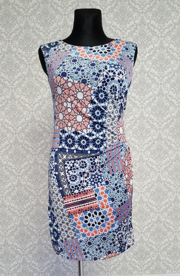 kolorowa sukienka w wzory...