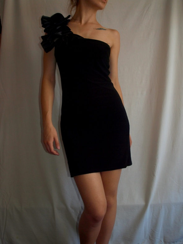 Sukienka mała czarna asymetryczna