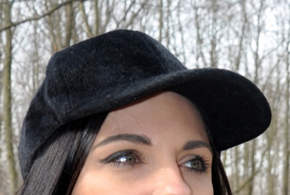 czarna czapka basebolówka z futerka