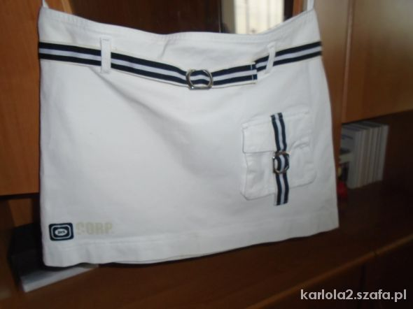 biała mini spódniczka z czarnym paskiem