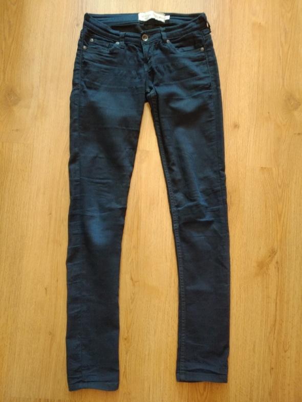 Granatowe spodnie...