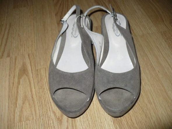 sandały na niskiej koturnie...