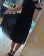 Czarna zwiewna sukienka z falbanką na ramieniu...