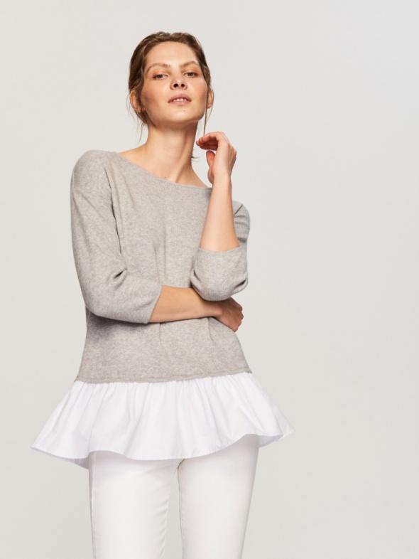 Sweterek z baskinką z koszulą szary minimal style