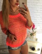 Brzoskwiniowy neonowy sweterek...