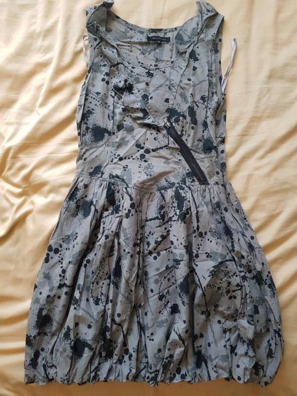 Szara sukienka bombka w czarne plamy