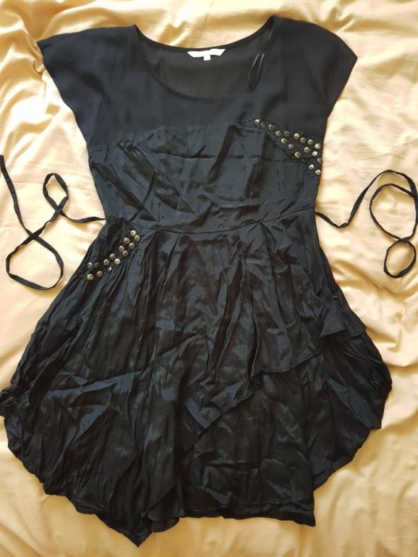 Czarna sukienka z asymetrycznym dołem